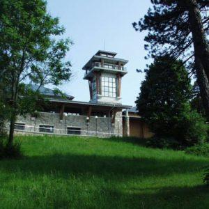 Siedziba Białowieskiego Parku Narodowego z wieżą widokową